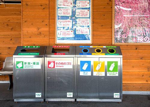 Thùng phân loại rác ở Nhật. Ảnh:Live Japan.