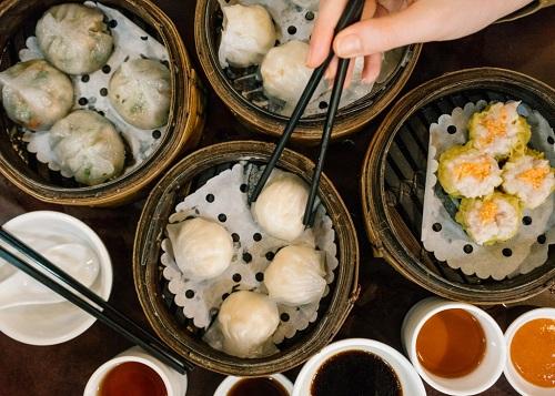 Không chỉ Dim sum, Hong Kong còn rất nhiều món ăn đường phố khác như mì tỏi, chả cá và cheong vui vẻ. Ảnh: The Culture Trip.