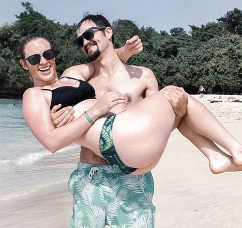 Hai vợ chồng Kaylynn Knull và Tom Schwander chụp ảnh trong chuyến nghỉ dưỡng ở Dominica. Ảnh: Instagram.