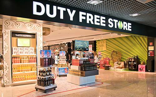 Nhiều người đã đợi đến lúc ra sân bay để mua đồ ở cửa hàng miễn thuế vì tin rằng giá rẻ, nhưng thực chất nhiều thứ còn được bán đắt hơn. Ảnh: Trbusiness.