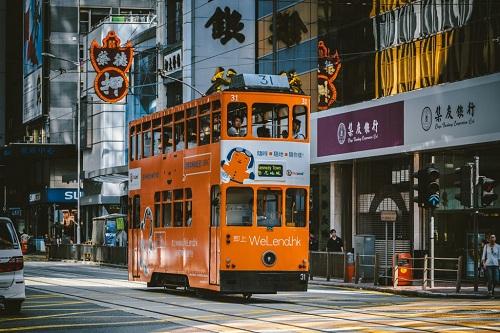 Những chiếc xe điện hai tầng là phương tiện thích hợp để khám phá thành phố về đêm. Ảnh: The Culture Trip.