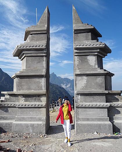 Trước đó, công trình Cổng trời Sa Pa toạ lạc trên đỉnh đèo Ô Quy Hồcũng thu hút du khách chụp ảnh. Công trình cũng có nét tương đồng như ở Bali khi nằm trên đỉnh núi cao, cho tầm nhìn mênh mông. Tuy nhiên, đến nay công trình vẫn còn đang thi công. Ảnh: Lucy.