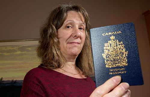 Katya cho rằng vết mờ trên ảnhhộ chiếu chỉ như bị một giọt nước ngấm vàovà không ảnh hưởng tới nhận dạng khuôn mặt. Ảnh: Ottawa Citizen.