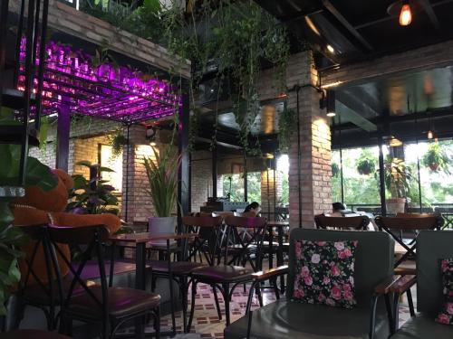 Bên cạnh đó, du khách có thể rủ thêm bạn bè, cùng nhau tận hưởng những giây phút thư giãn tại Café 69.