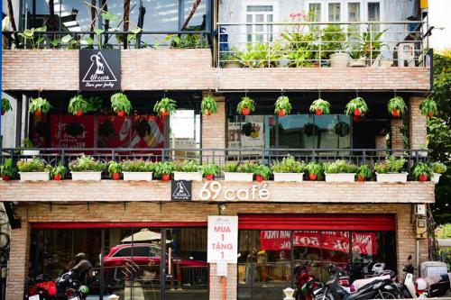 Nằm ngay trên con đường Đinh Tiên Hoàng, quận1, 69 Café gây ấn tượng với không gian mở thoáng mát, mảng cây bố trí ở các ngóc ngách, dù ngồi ở vị trí nào thì trước mắt bạn là một khoảng xanh thực vật.