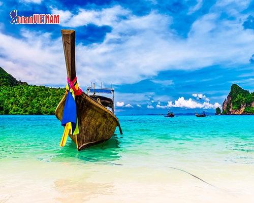 Phuket với làn nước xanh như ngọc.