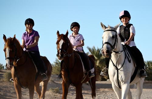 Cưỡi ngựa trên sa lạc là dịch vụ hấp dẫn với các khách VIP nhí. Ảnh: JA Resort.