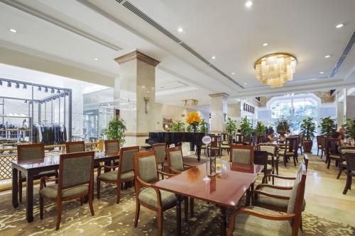 Bạn sẽ thưởng thức tô bánh canh cua thơm ngon, nóng hổi trong không gian sang trọng tại nhà hàng Cung Đình.