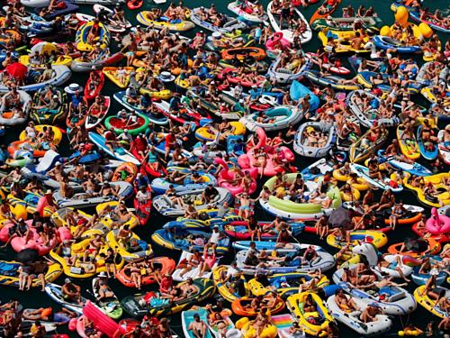Hiện đánh thuế du lịch là giải pháp phổ biến của nhiều quốc gia để đối phó với tình trạng quá tải du khách. Trên ảnh là đám đông theo dõi môn thể thao nhảy xuống biển từ vách đá tại hồ Lucerne ở Sisikon, Thụy Sĩ. Ảnh: Denis Balibouse/Reuters.