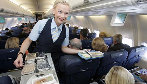 Phi hành đoàn sẽ quan sát xem liệu một hành khách là người hay đi du lịch hay đi máy bay lần đầu, có mang theo sẵn đồ ăn hay ngồi đợi các tiếp viên phát khẩu phần. Ảnh: AARP.