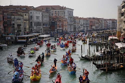 Kênh đào Grand đông đúc trong cuộc diễu hành hóa trang trong lễ hội Venice Carnival. Ảnh: AFP.