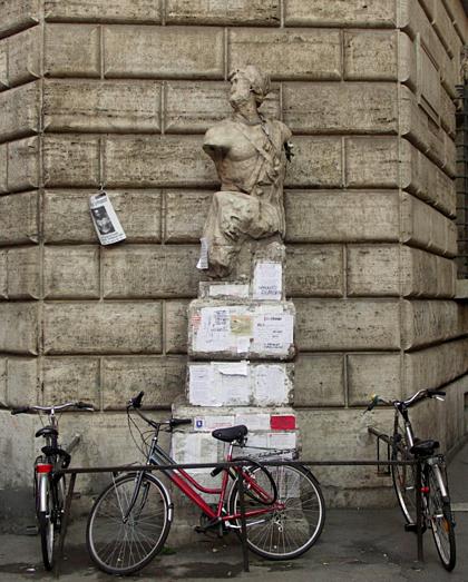 Tượng Pasquino, bức nổi nhất trong sáu bức tượng. Ảnh: Amusing Planet.