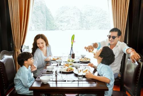 Gia đình Đan Lê đi nghỉ trên du thuyền Sealife Legend - 2