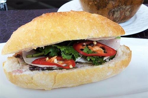 Đầu bếp Taku đang ăn sáng bằng bánh mì khi ở Sài Gòn. Ảnh:NVCC.