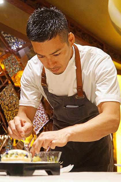 Đầu bếp Taku chuẩn bị món ăn tại một nhà hàng trên đường Nguyễn Huệ, quận 1. Ảnh: Di Vỹ.