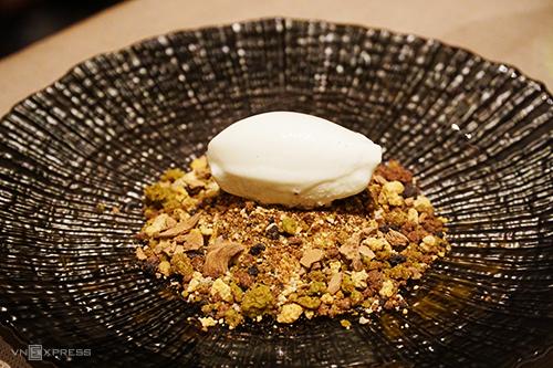 Món tráng miệng có sự kết hợp giữa ẩm thực Italy và Nhật Bản, có sử dụng nguyên liệu của Việt Nam. Ảnh: Di Vỹ.