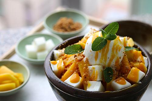 Bingsulà món tráng miệng được ưa thích nhất vào những ngày thời tiết mùa hè ở Hàn Quốc. Không chỉ đơn thuần là đá bào, Bingsu còn kết hợp tuyệt vời giữa vị lạnh của đá và hoa quả, bánh gạo, sữa, kem và si-rô. Ở nhiều nhà hàng khác nhau, món Bingsu còn được biến tấu thành nhiều vị khác nhau. Ảnh: The Korea Herald.