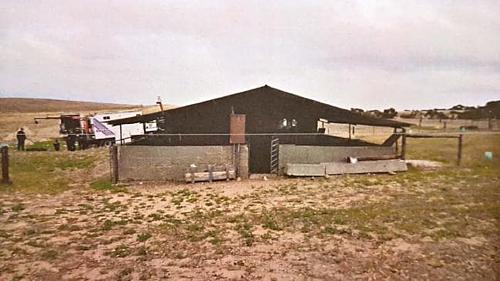 Chuồng lợn và nhà kho, nơi Gene giam giữ cô gái trẻ. Ảnh: News.