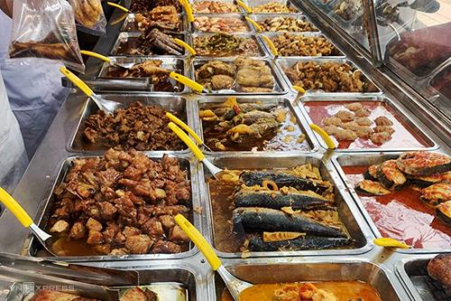 Tủ kính lớn được hơn chục món ăn khác nhau để khách lựa chọn.