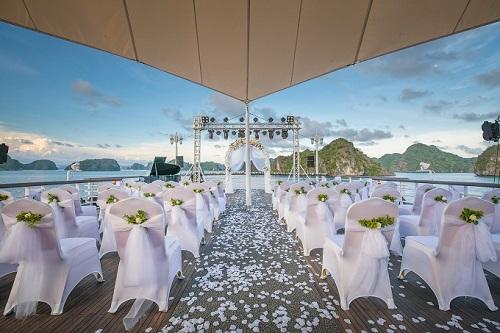 Lễ cưới được diễn ra trên sân thượng của du thuyền. Nơi chú rể và quan khách chờ sự xuất hiện của cô dâu không thể ấn tượng hơn – từ trực thăng đáp xuống.