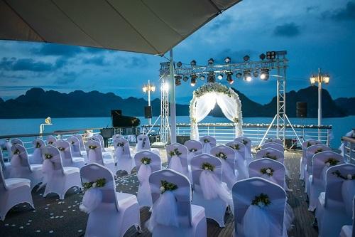 Đội ngũ phục vụ và trang trí cho lễ cưới đặc biệt này lên tới 200 nhân sự, được chuẩn bị chu đáo toàn bộ trước khi du thuyền xuất bến. Không gian sang trọng, rất đơn giản theo yêu cầu của cặp đôi nhưng vô cùng tinh tế.
