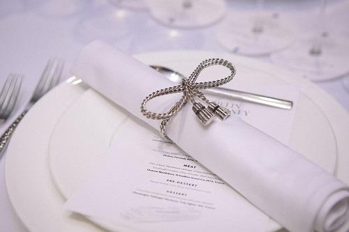 Có 3 loại champagne và 4 loại rượu vang hảo hạng được lựa chọn cùng với thực đơn 6 món của siêu đầu bếp 2 sao Michelin:  John William Burton-Race phục vụ cho tiệc tối.