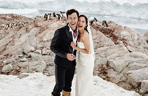 MC người Mỹ gốc Đài Loan Janet Hsieh và bạn trai người Singapore chụp ảnh cưới tại Nam Cực. Ảnh: Nick Onken.