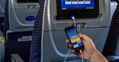 Các dòng máy bay hiện đại đều có ổ cắm sạc các thiết bị điện tử gắn sau lưng ghế. Ảnh: Runway Girl Network.