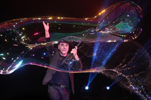 Huyền thoại bong bóng Fan Yang sẽ biểu diễn tại Đầm Sen