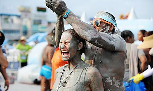 Lễ hội Bùn Boryeong là lễ hội được chờ đón nhất với quy mô hoành tráng và nhiều hoạt động trải nghiệm đa dạng như tắm bùn, đấu vật trong bùn, máng trượt bùn, spa bùn, đêm nhạc EDM... Ảnh: Oneday Korea.