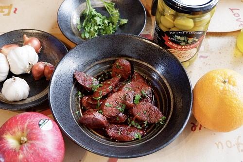 Tapa được làm từ những nhiên liệu đặc trưng của Tây Ban Nha như xúc xích, thịt nguột, phô mai, ôliu và rượu vang. Ảnh: Lan Hương.