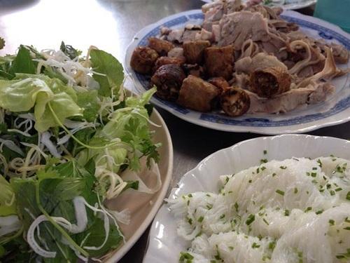 Bánh hỏi được làm từ bột gạo ăn kèm cùng lòng heo và nước chấm chua cay. Ảnh: Top List.