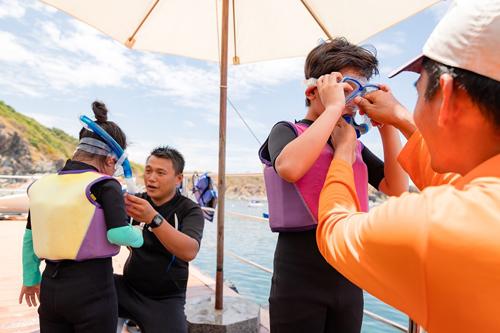Đối với kỹ năng bơi, Vinpearl tổ chức Câu lạc bộ Kình ngư nhí tại khu vui chơi, nghỉ dưỡng của Vinpearl trên cả nước, nhằm trang bị cho các em từ 5-12 tuổi kỹ năng bơi lội từ cơ bản tới nâng cao. Chương trình do chuyên gia bơi lội giỏi, hệ thống giáo dục Vinschool trực tiếp huấn luyện.
