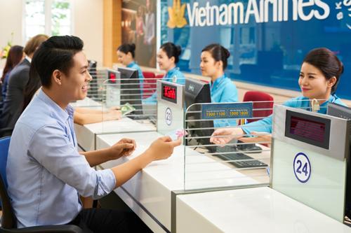 Khách mua vé máy bay có thể các cách: đặt trên web, gọi tổng đài, thông qua đại lý, đến các phòng vé...