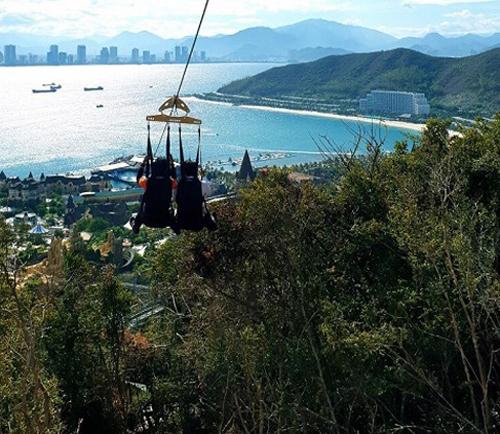 Không chỉ là hệ thống nghỉ dưỡng 5 sao tại Việt Nam tổ chức Chương trình huấn luyện kỹ năng sống dành cho trẻ em, mùa hè này, Vinpearl còn có những hoạt động độc đáo khác dành cho khách du lịch. Đó là trải nghiệm mùa hè giữa không trung từ Đài quan sát cao nhất Đông Nam Á Skyview Landmark 81 hay khám phá đường trượt Zipline khai trương trong tháng 6 với 3 kỷ lục -  Zipline liền mạch dài nhất, độ dốc nhất và cú nhảy tiếp đất cao nhất Việt Nam tại Vinpearl Nha Trang... (nguồn thông tin, e tra không có)