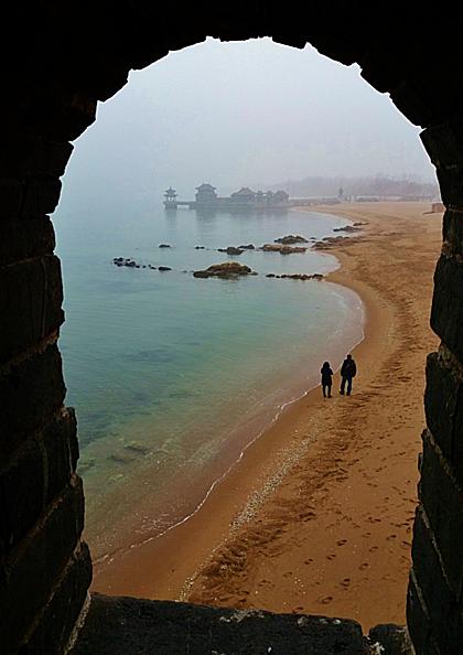 Bờ biển nhìn từ bên trong Lão Long Đầu. Ảnh: Quasistellarqubit.