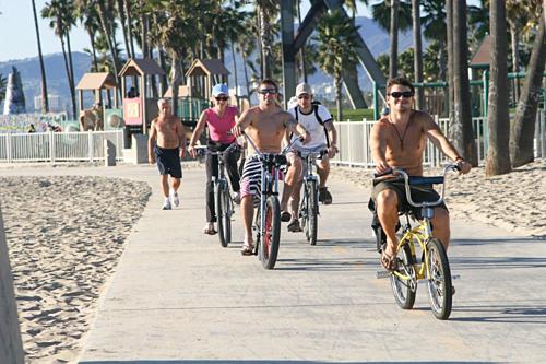Thuê xe đạp là dịch vụ nhiều du khách lựa chọn để khám phá Venice, song chính quyền thành phố cấm khách để ngực trần khi đi lại trong khu vực trung tâm. Ảnh:Venice.