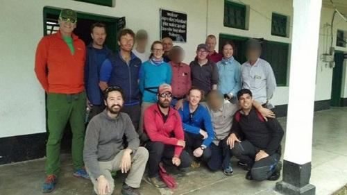 Nhóm leo núi chụp ảnh trước cuộc hành trình vào cuối tháng 5. Ảnh: BBC.