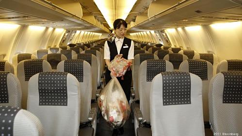 Dù máy bay chỉ được vệ sinh một lần mỗi ngày, tiếp viên vẫn thu gom rác giữa các chặng bay. Ảnh:Bloomberg.