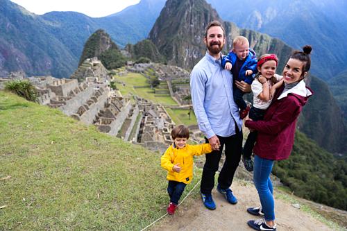 Du lịch trong nước hay nước ngoài đều giúp trẻ mở mang kiến thức, kết nối tốt hơn với gia đình và thế giới. Ảnh: Lovetaza.