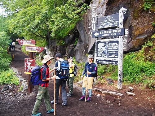 Leo núi Phú Sĩ mùa hè là một trong những hoạt động được nhiều du khách yêu thích. Ảnh: Japantimes.