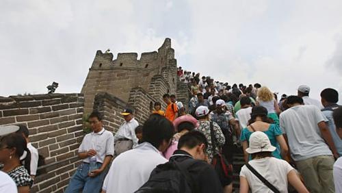 Giới hạn lượt khách là động thái của nhiều điểm tham quan tại Trung Quốc sau khi hướng dẫn quản lý du lịch quốc gia được ban hành năm 2015, trong đó đề ra mức vận hành tối ưu cho một loạt điểm đến. Ví dụ, Vạn Lý Trường Thành cần tính toán không gian từ một đến 1,1 mét vuông cho mỗi du khách. Ảnh:Andrew Wong.
