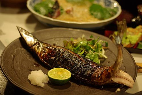Bạn chỉ cần rắc muối lên thân cá và nướng. Cá được giữ  nguyên con không tách ruột và nướng trực tiếp, sau đó ăn cùng với củ cải mài. nước tương và chanh. Ảnh: Flickr.