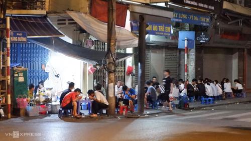 Thực khách ngồi chờ dọc theo hai bên đường Hàng Chiếu và Hàng Đường.