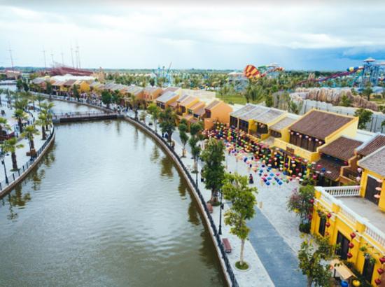 Đến Vinpearl Land Nam Hội An, bạn còn có những trải nghiệm như du khảo vườn thú trên sông River Safari, khám phá làng nghề truyền thống Việt Nam tại Đảo dân gian, trò chơi cảm giác mạnh kỷ lục và hiện đại bậc nhất thế giới. Cùng với đó, show nghệ thuật Thương cảng thần tiên tiếp tục khẳng định sự hấp dẫn với du khách.