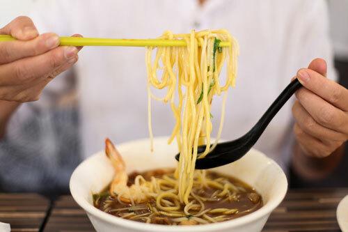 Sợi mì vàng tươi được trộn với bún gạo giúp thực khách không bị ngán. Ảnh: Khương Nha.
