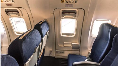 Nhiều hành khách có thói quen tò mò và mở cửa thoát hiểm trên máy bay. Ảnh: Shanghaiist.