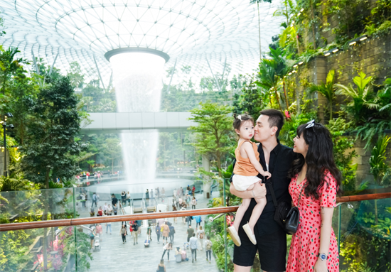 Mới đây, vợ chồng Vlogger Kiên Hoàng và Loan Hoàng (Heominhon) cùng con gái Cam Cam đi du lịch Singapore. Cả nhà hào hứng ghi lại những khoảnh khắc ý nghĩa tại thác nước trong nhà với độ cao lên đến 40m. Trong chuyến du hí, cả gia đình khám phá Jewel Changi Airport, Vivo City Singapore - hai trung tâm mua sắm lớn tại đất nước xanh.