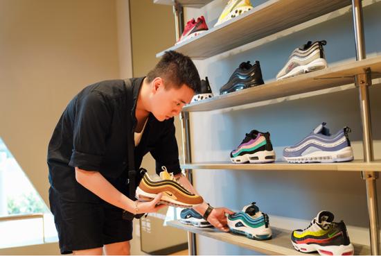 Trên cùng tầng hai là cửa hàng lớn nhất khu vực Đông Nam Á của Nike, điểm đến tiếp theo của Vlogger trên hành trình sưu tập những mẫu giày chất lừ. Rộng hơn 3.000m2, Nike Jewel quy tụ những sản phẩm giày dép mới, dịch vụ in áo trực tiếp theo yêu cầu.