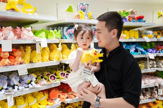Tiếp tục hoạt động mua sắm ở Jewel, nhà Cam Cam đến Pokemon Centre, nơi có 151 nhân vật giới thiệu năm 1996 trong trò chơi Pokemon Red and Blue. Ở đây, gia đình Vlogger cũng tìm thấy phiên bản kết hợp Lapras và Pikachu độc đáo. Mỗi khách hàng sẽ mua tối đa 5 sản phẩm phiên bản giới hạn để dành tặng người thân, gia đình. Chia sẻ kinh nghiệm du lịch, Kiên Hoàng cho biết, những tín đồ ẩm thực khi đến trải nghiệm các nhà hàng tại Jewel Changi nên tránh giờ ăn trưa để không phải xếp hàng chờ. Bạn có thể tranh thủ đến sớm vào buổi sáng, hoặc 15 đến 17h khi lượng khách thưa thớt hơn.